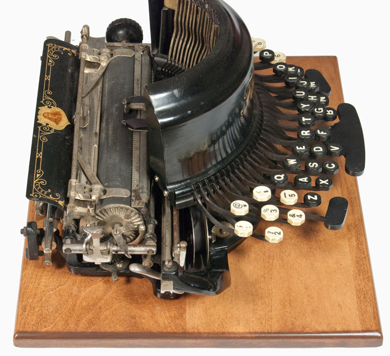 Photograph of the Franklin 9 typewriter from the left hand side.