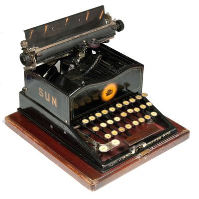 Photograph of the Sun Standard 2 typewriter.